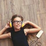 Niño que escucha la música Fotos de archivo