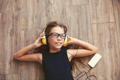 Niño que escucha la música Fotografía de archivo