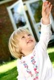 Niño que estira su brazo Imagen de archivo libre de regalías
