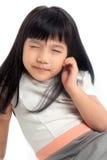 Niño que estrecha los ojos para la visión foto de archivo