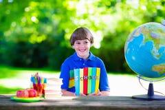 Niño que estudia en patio de escuela Imágenes de archivo libres de regalías