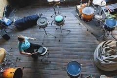 Niño que estudia los tambores en la escuela Cojín del entrenamiento imagenes de archivo