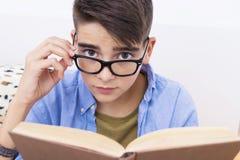 Niño que estudia o que lee Imagenes de archivo