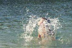 Niño que flota en el mar Imagen de archivo