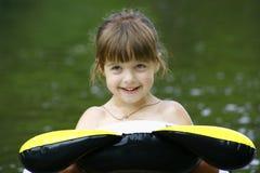 Niño que flota en un tubo interno Foto de archivo