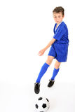 Niño que golpea la bola con el pie Imágenes de archivo libres de regalías