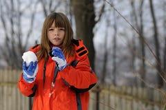 Niño que hace bolas de nieve Imagen de archivo