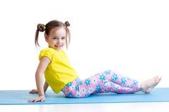 Niño que hace ejercicios de la gimnasia Foto de archivo