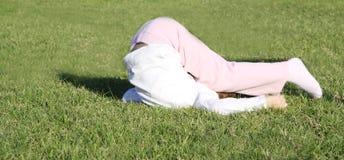 Niño que hace el sommersault Imagen de archivo libre de regalías
