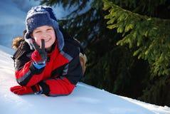Niño que hace la muestra de paz Fotografía de archivo