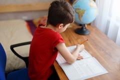 Niño que hace la preparación en casa Imágenes de archivo libres de regalías