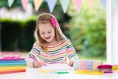 Niño que hace la preparación para la escuela Los niños aprenden y pintan Imagen de archivo libre de regalías