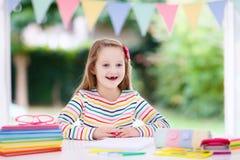 Niño que hace la preparación para la escuela Los niños aprenden y pintan Foto de archivo libre de regalías