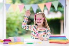 Niño que hace la preparación para la escuela Los niños aprenden y pintan Imágenes de archivo libres de regalías