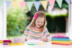 Niño que hace la preparación para la escuela Los niños aprenden y pintan Fotos de archivo libres de regalías