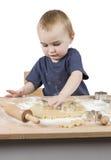 Niño que hace las galletas fotografía de archivo