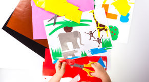 Niño que hace los recortes Imágenes de archivo libres de regalías