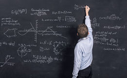Niño que hace matemáticas complejas Imágenes de archivo libres de regalías