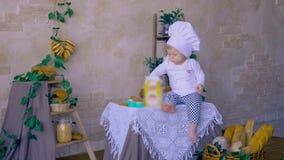 Niño que intenta amasar la pasta en clase de cocina