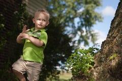 Niño que juega afuera Fotografía de archivo