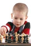 Niño que juega a ajedrez Imagen de archivo libre de regalías