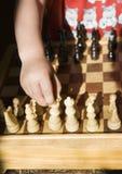 Niño que juega a ajedrez Foto de archivo libre de regalías