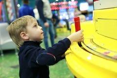 Niño que juega al juego de arcada foto de archivo libre de regalías
