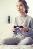 Niño que juega al juego video Imágenes de archivo libres de regalías