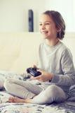 Niño que juega al juego video Foto de archivo