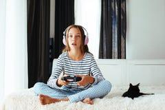Niño que juega al juego video Imagen de archivo