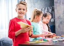 Niño que juega con el avión de papel Fotografía de archivo