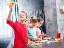 Niño que juega con el avión de papel Imágenes de archivo libres de regalías