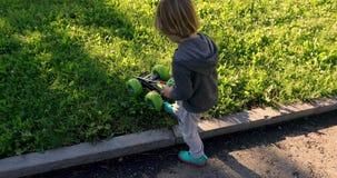 Niño que juega con el coche en teledirigido almacen de metraje de vídeo