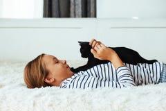 Niño que juega con el gatito Fotografía de archivo libre de regalías