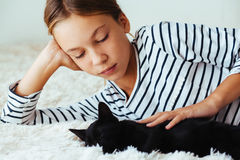 Niño que juega con el gatito Fotografía de archivo