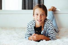 Niño que juega con el gatito Imagen de archivo