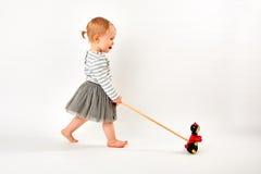 Niño que juega con el Ladybug Imagen de archivo