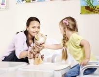 Niño que juega con el profesor en pre-entrenamiento. fotografía de archivo libre de regalías
