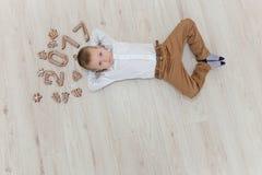 Niño que juega con el ` s Eve del Año Nuevo del pan de jengibre Imagen de archivo
