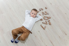 Niño que juega con el ` s Eve del Año Nuevo del pan de jengibre Foto de archivo