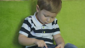 Niño que juega con el teléfono almacen de metraje de vídeo