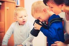Niño que juega con la cámara digital profesional grande Imagenes de archivo