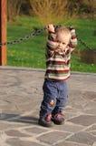 Niño que juega con la cadena de acero Imagenes de archivo