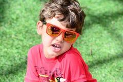 Niño que juega con las gafas de sol Foto de archivo libre de regalías
