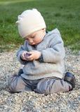 Niño que juega con las piedras Fotos de archivo libres de regalías