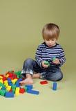 Niño que juega con los bloques Imagen de archivo libre de regalías