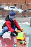 Niño que juega con los coches del juguete Imágenes de archivo libres de regalías
