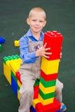 Niño que juega con los cubos Imagen de archivo libre de regalías