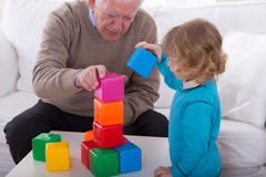 Niño que juega con los cubos del color Fotografía de archivo libre de regalías