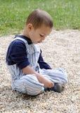 Niño que juega con los guijarros Imágenes de archivo libres de regalías
